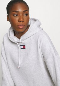 Tommy Hilfiger - CROPPED HOODY FLAG LOGO - Hoodie - ice heather - 4