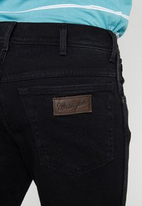 Wrangler - TEXAS STRETCH - Jeansy Straight Leg - black overdye - 5