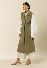 IVY & OAK - BORAGE BLOOM - Waistcoat - olive - 0