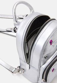 KARL LAGERFELD - IKONIK 3D PIN - Rucksack - silver - 3