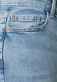 Pieces Petite - PCKESIA MOM - Jeans Tapered Fit - light blue denim - 2