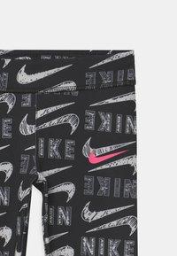 Nike Sportswear - GIRLS VARSITY SCRIBBLE  - Legíny - black - 2