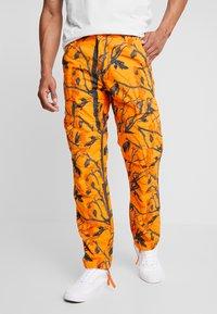 Carhartt WIP - AVIATION PANT COLUMBIA - Pantalones cargo - orange rinsed - 0