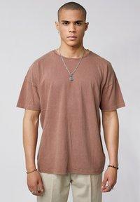 Tigha - ARNE VINTAGE - Basic T-shirt - vintage mahogany - 0