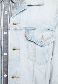 Levi's® - VINTAGE FIT TRUCKER UNISEX - Denim jacket - light-blue denim - 5