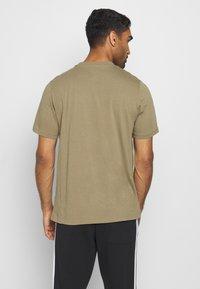 adidas Performance - UNIVERSAL - T-shirt med print - cargo - 2