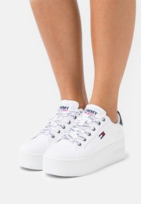 Tommy Jeans - ICONIC ESSENTIAL FLATFORM - Sneakers laag - white - 0