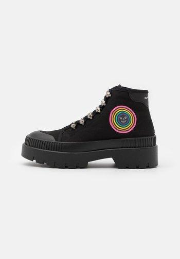 RAINBOW LUCAS - Boots à talons - black