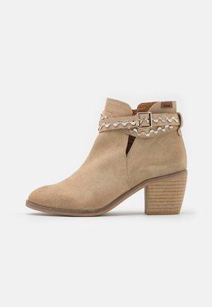 SAHARA - Ankle boots - arena/feston onda platino