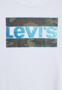Levi's® - GRAPHIC TEE UNISEX - T-shirt z nadrukiem - white - 2