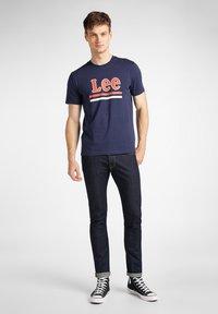 Lee - STRIPE  - Print T-shirt - dark navy - 1