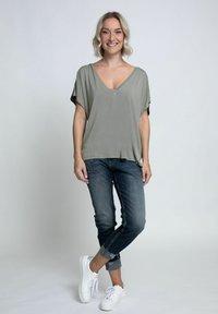 Zhrill - Print T-shirt - olive - 1