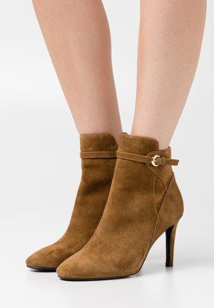 Kotníková obuv na vysokém podpatku - tabac