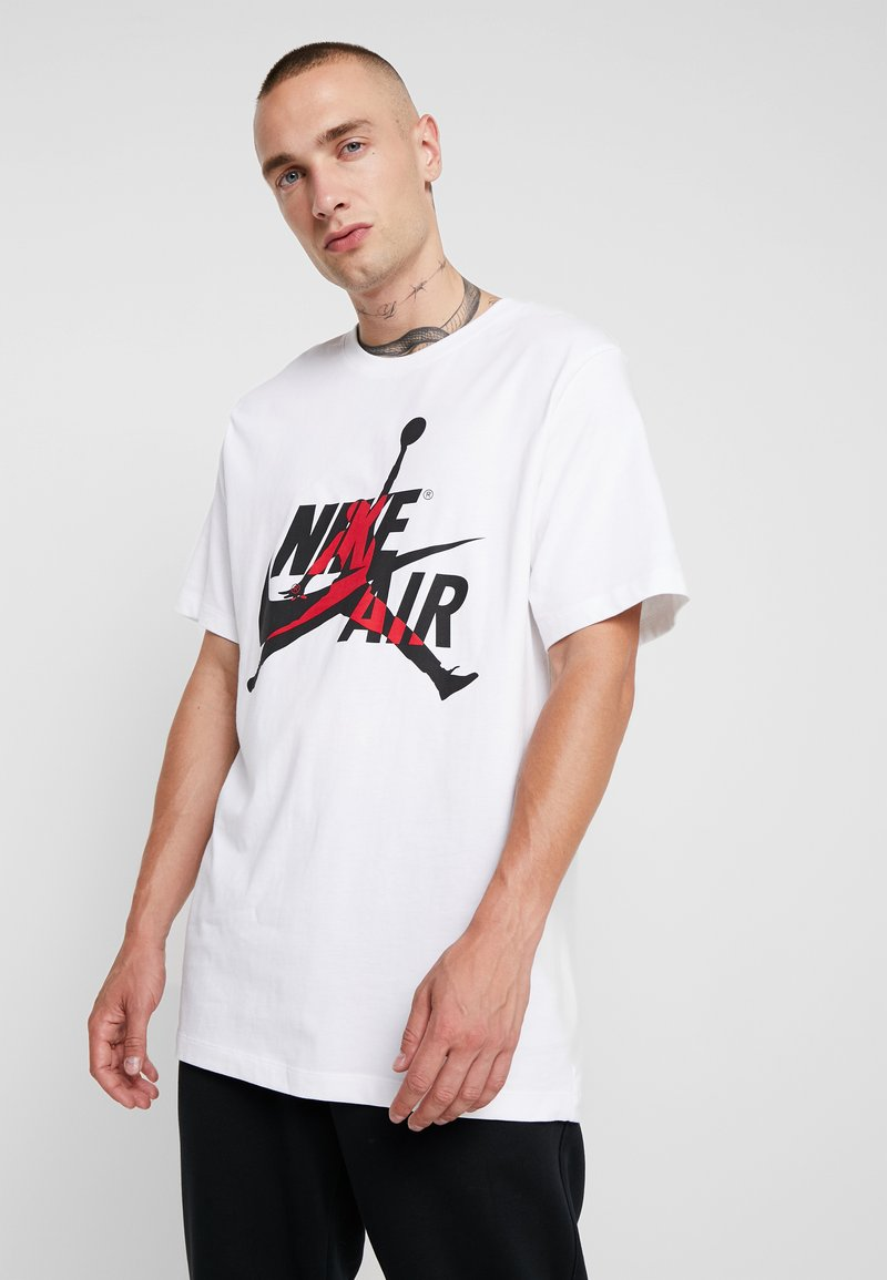 Jordan - CLASSICS  CREW - T-shirt med print - white/gym red