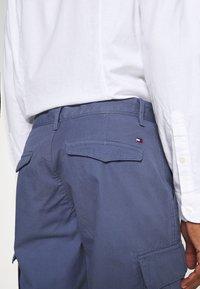 Tommy Hilfiger - JOHN CARGO - Shorts - faded indigo - 4