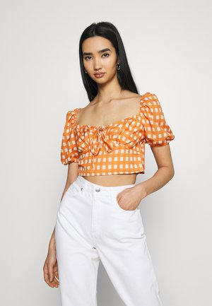 MAYA RUCHED BUST CROP TOP WITH FRONT TIE DETAIL PUFF SHORT SLEEVES - Blus - rust gingham