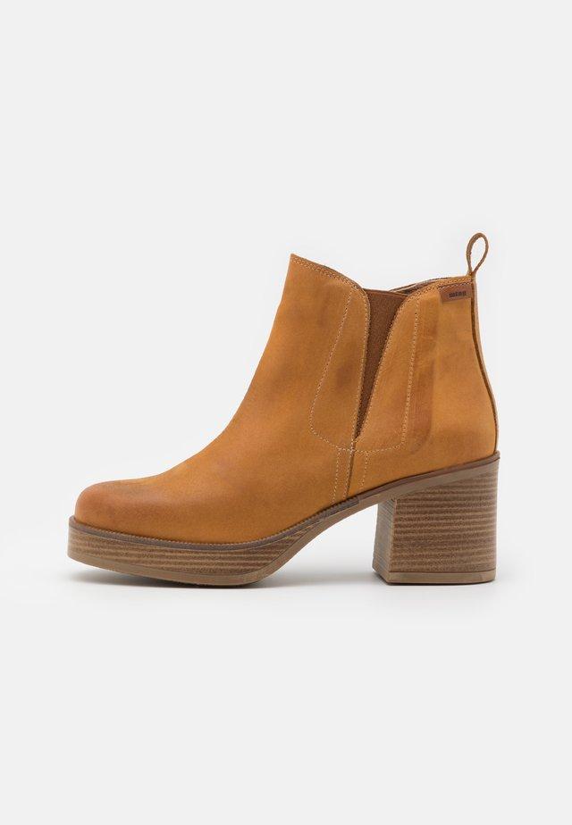 NAIARA - Kotníkové boty na platformě - brown