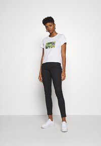 Levi's® - GRAPHIC SURF TEE - T-shirt z nadrukiem - white - 1