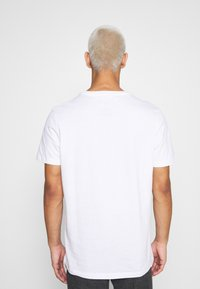 Jack & Jones - JCOSUPER MARIO CHEST TEE - Print T-shirt - white