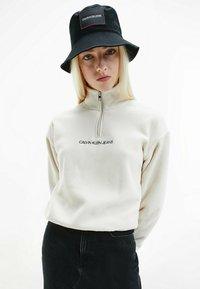 Calvin Klein Jeans - POLAR ZIP NECK  - Fleece jumper - white sand - 0
