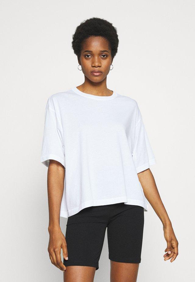 ALBERTA - T-shirt z nadrukiem - white