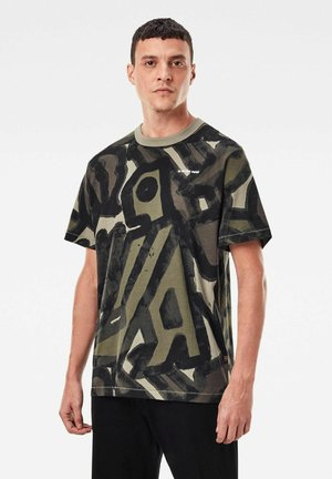 BRUSHED OBJECT ALLOVER LOOSE - Print T-shirt - shamrock brushed objects