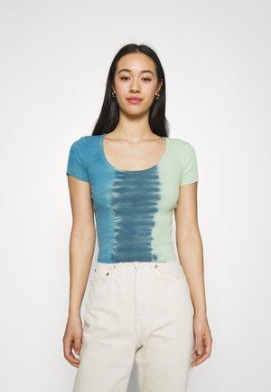 TIE DYE SCOOP BABY TEE - Print T-shirt - blue