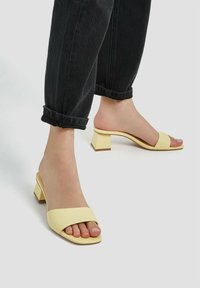 PULL&BEAR - MIT KASTENFÖRMIGER ZEHENPARTIE UND ABSATZ - Pantofle na podpatku - light yellow - 0