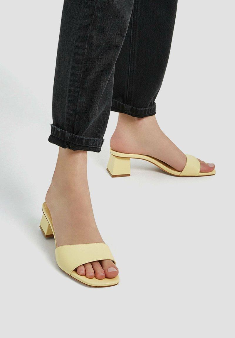 PULL&BEAR - MIT KASTENFÖRMIGER ZEHENPARTIE UND ABSATZ - Pantofle na podpatku - light yellow