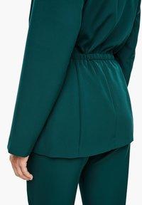 Triangle - MIT BINDEGÜRTEL - Short coat - emerald - 5