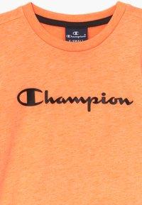 Champion - LEGACY AMERICAN CLASSICS - T-shirt z nadrukiem - orange - 3