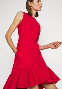 Victoria Victoria Beckham - PINTUCK FLOUNCE HEM SHIFT DRESS - Denní šaty - postbox red - 4