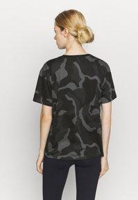 Under Armour - LIVE FASHION DENALI PRINT - Print T-shirt - black - 2