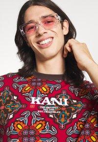 Karl Kani - UNISEX RETRO ORNAMENTAL TEE  - T-shirt print - multicolor - 3
