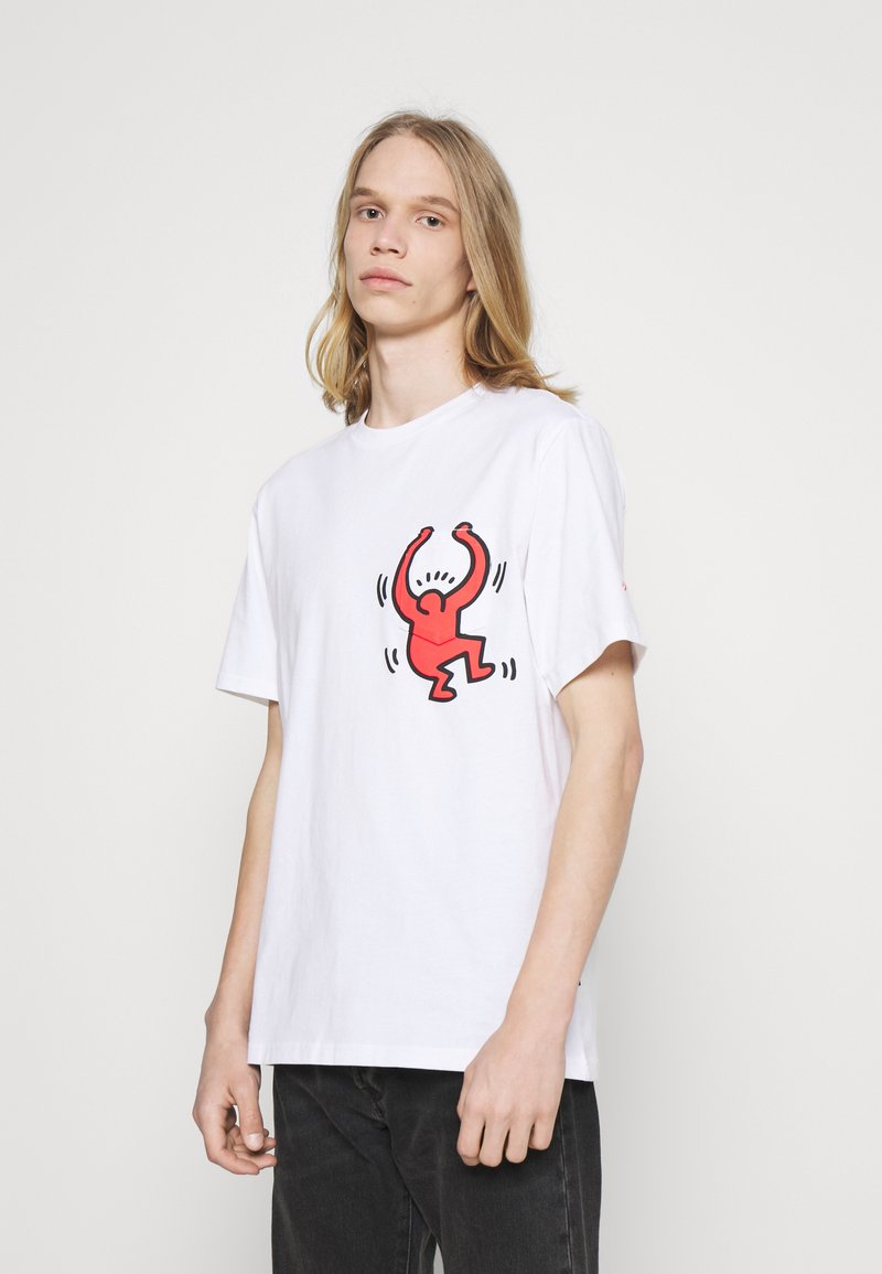 Converse - HARING GRAPHIC POCKET TEE UNISEX - Print T-shirt - white