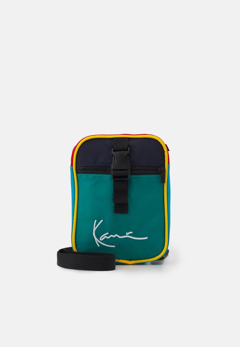 Karl Kani - SIGNATURE BLOCK MESSENGER BAG UNISEX - Taška spříčným popruhem - green
