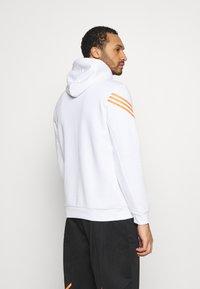 adidas Originals - SWAROVSKI HOODIE UNISEX - Sweat à capuche - white/trace orange - 2