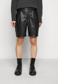 Noisy May Petite - NMWALI PENNY BERMUDA PETITE - Shorts - black - 0