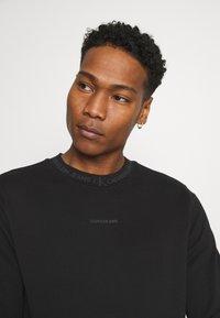 Calvin Klein Jeans - LOGO CREW NECK UNISEX - Sweatshirt - black - 3
