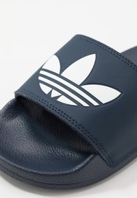 adidas Originals - ADILETTE LITE - Matalakantaiset pistokkaat - core navy/footwear white - 2