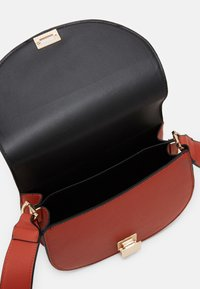 Pieces - PCFILLY CROSS BODY KEY - Across body bag - rust/gold - 4