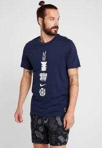Nike Performance - DRY RUN SEASONAL  - Print T-shirt - obsidian/white - 0