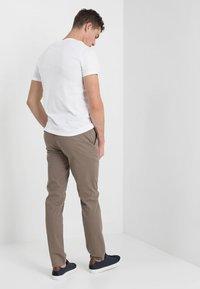 Tommy Hilfiger - DENTON - Chino kalhoty - walnut - 2
