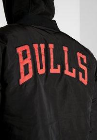New Era - NBA TEAM LOGO JACKET CHICAGO BULLS - Klubové oblečení - black - 4