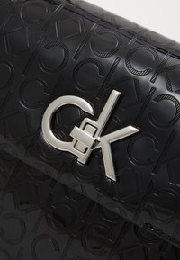 Calvin Klein - RE LOCK CROSSBODY - Torba na ramię - black