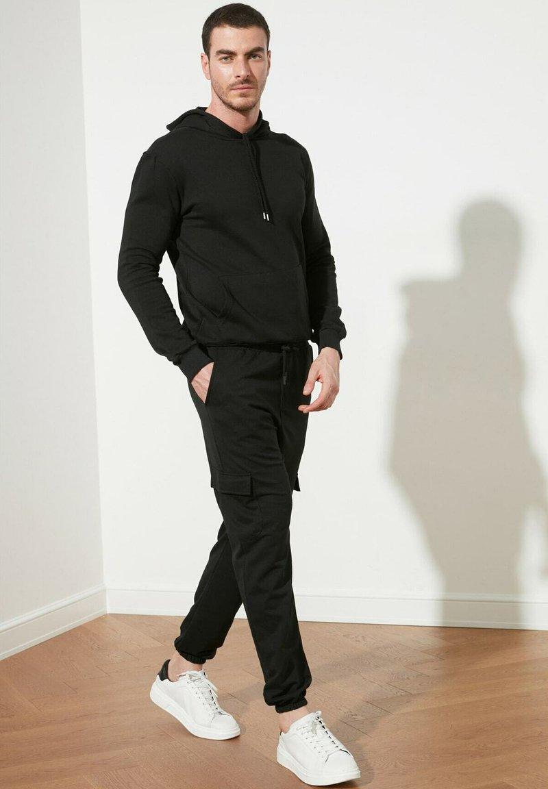Trendyol - Reisitaskuhousut - black
