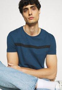 Pier One - T-shirt med print - blue - 4