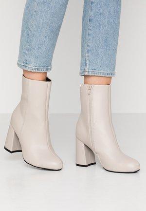 Kotníková obuv na vysokém podpatku - light grey