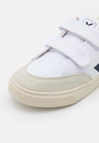 Veja - SMALL V-12 UNISEX - Matalavartiset tennarit - white/nautico/natural - 5