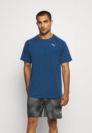 MENS STUDIO TEE - Print T-shirt - intense blue